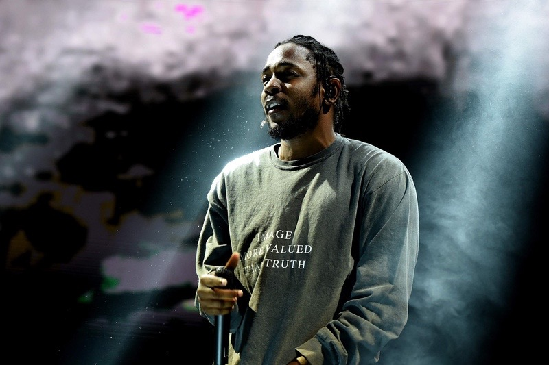 http-hypebeast.comimage201706kendrick-lamar-rihannas-loyalty-music-video-1